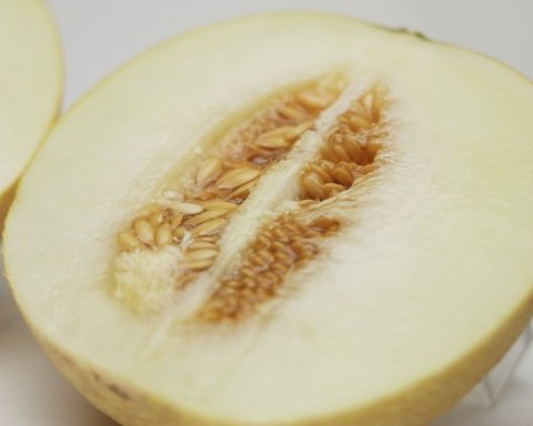 果肉は熟すにつれ色が濃くなります。:画像
