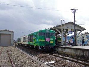 【フラワー長井線に風っこ桜回廊号が走りました】:画像