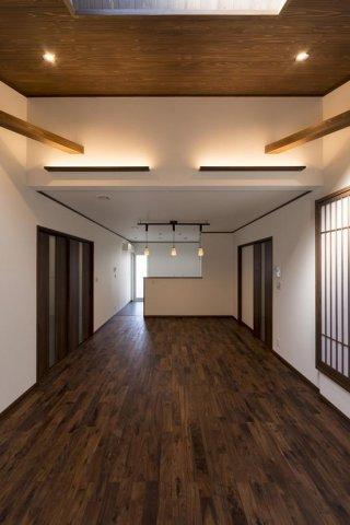 勾配天井がある開放的なリビング:画像