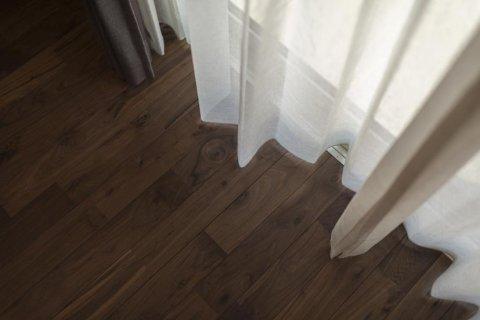 お施主様こだわりの床材はブラックウォールナット:画像