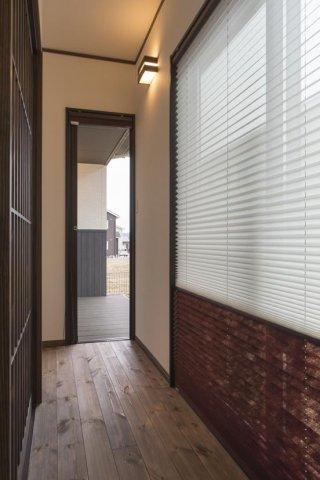 和室前の広縁はウッドデッキへ繋がります:画像