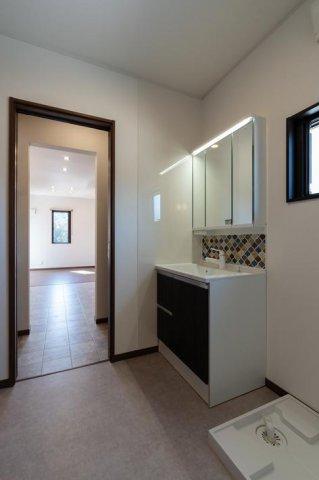 洗面脱衣室 キッチンに直結する動線。:画像