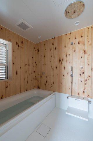 檜板張りのハーフユニットの浴室にはオーバーヘッドシャワーを装備:画像