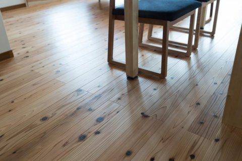 杉の無垢材を使用した床材:画像