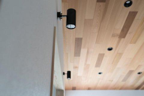 レッドシダー材を使用した勾配天井:画像