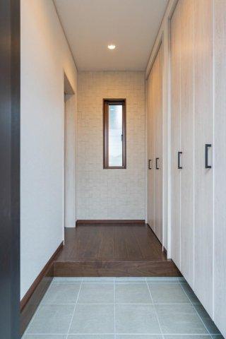 玄関 東側壁面収納・正面エコカラット:画像