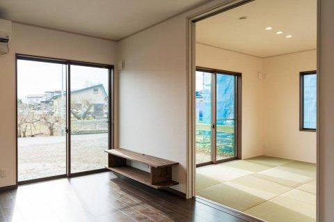 リビング・和室 造作TVボードとペット用フロアー :画像