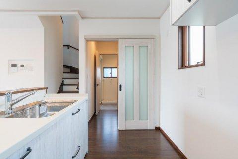 キッチンから脱衣室へは直動線でつなぐ:画像