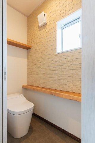 トイレ エコカラットとブラックチェリーの無垢カウンターを採用:画像