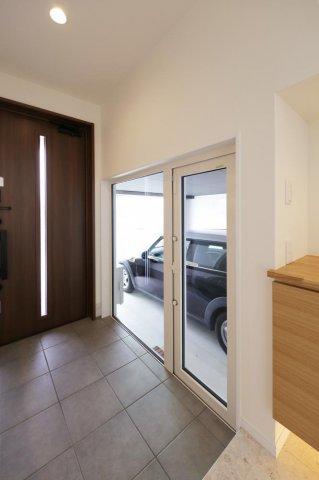 玄関からガレージへ:画像