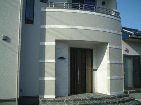 Rの玄関アールの玄関に割り石の床が目を引きます。ボーダーの石もポイントです。:画像