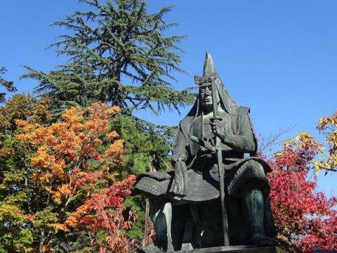 上杉謙信公像と紅葉:画像
