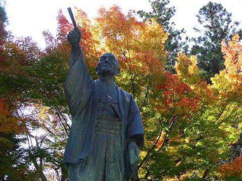 上杉鷹山公像と紅葉:画像