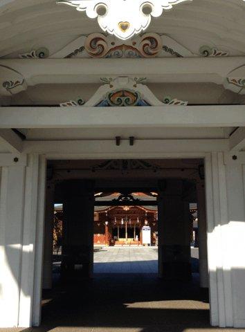 諏訪神社の正門から:画像