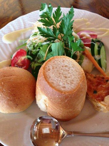キッシュと新鮮野菜とおいしいパンのコントラスト:画像