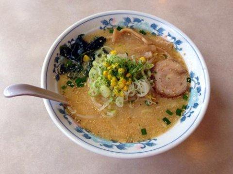 スープと良く絡む自家製の縮れた中細麺:画像