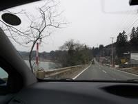 上郷ダムを左に。道なりに進みます。