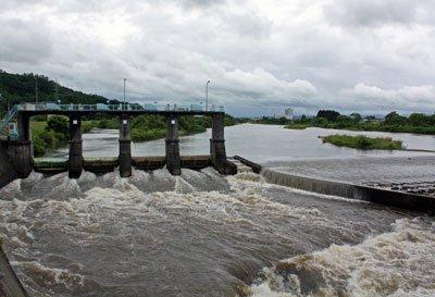 【7月の雨をあつめる諏訪堰の水門】:画像