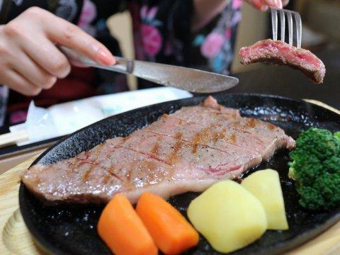 米沢牛サーロインステーキの肉汁! レアでどうぞ!:画像