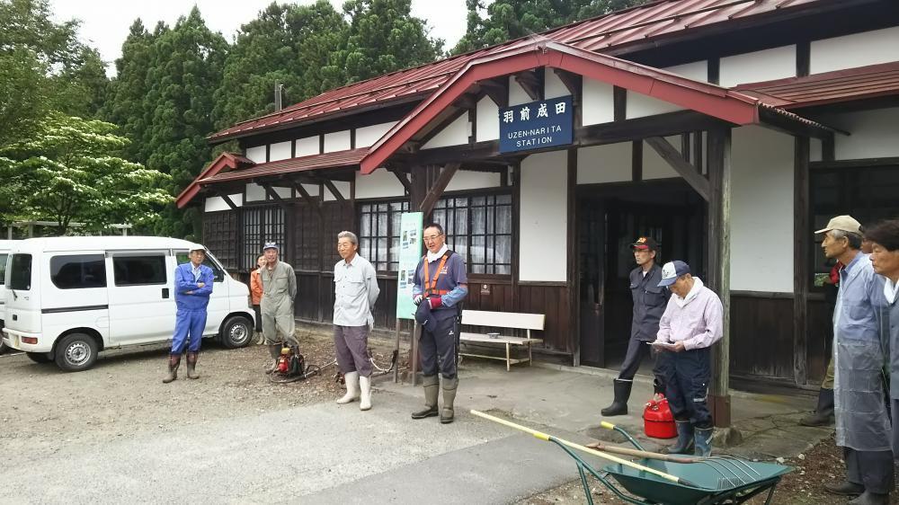 成田駅の草刈作業:画像