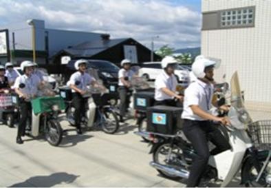 営業のバイクに見回りステッカーを貼付する