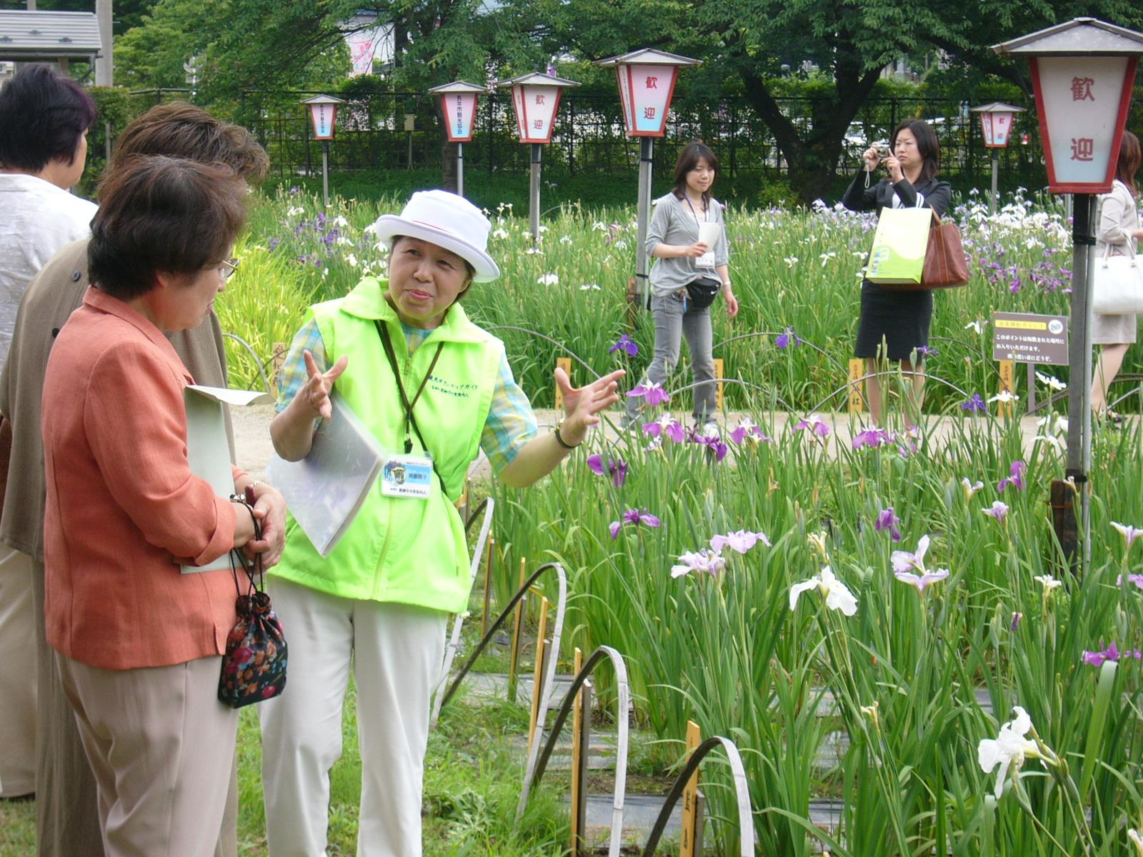 園内を案内するボランティアガイド